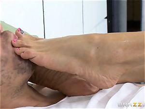 handsome prison medic Ariella Ferrera wanks off her patient