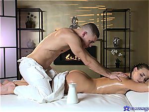 Taking her to another dimension with tantric rubdown