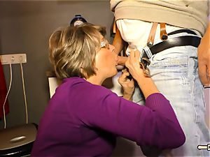 Hausfrau Ficken - cum on tits for mature German unexperienced